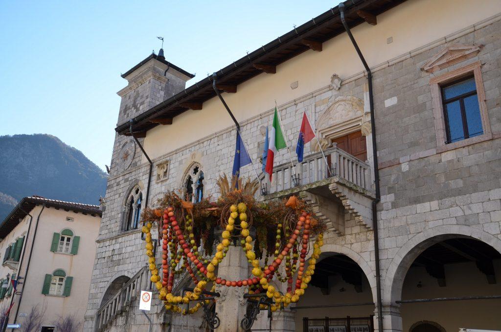 Venzone piazza municipio