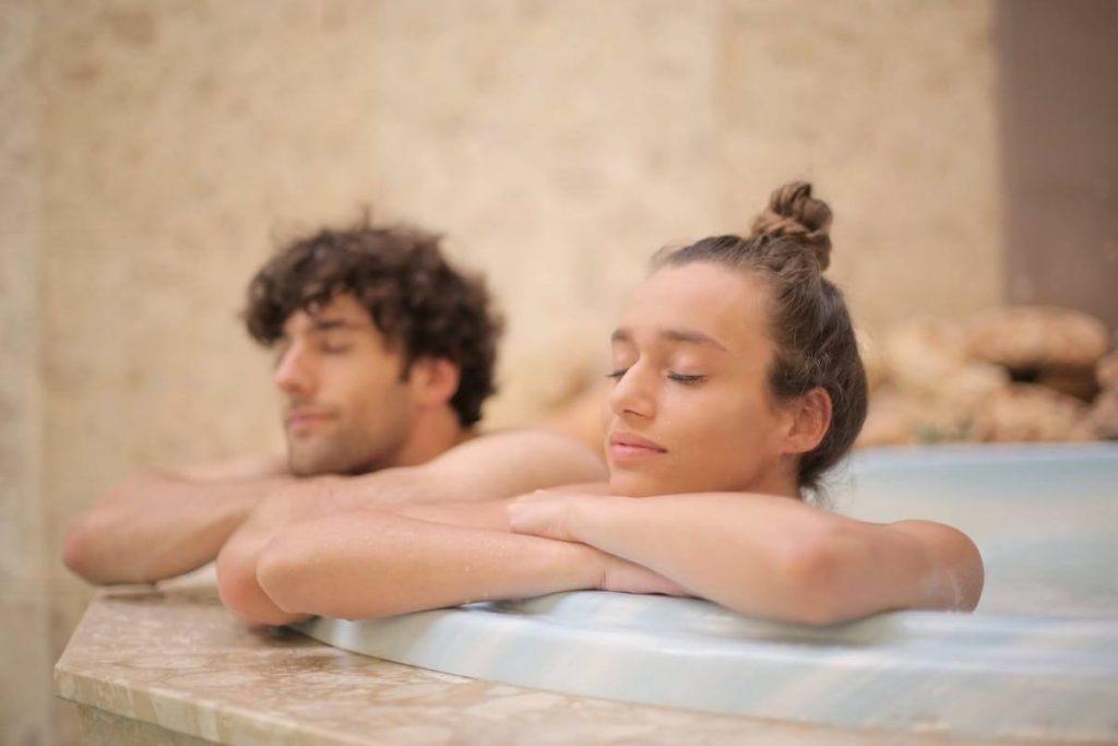 Bonus terme - due ragazzi rilassati in vasca alle terme