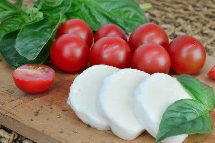Camembert - mozzarella a fette con pomodorini e basilico