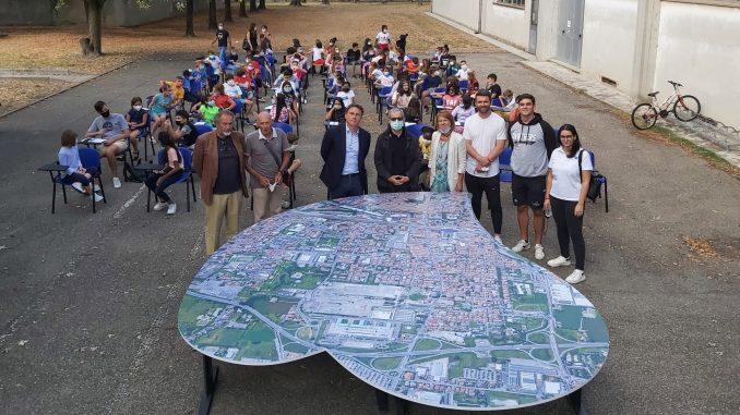 Sfida delle culture urbane - consegna del grande cuore da parte dell'Università agli alunni dell'Istituto Micheli