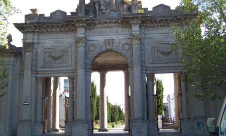 Cementerio La Loma - La entrada fue construida por el italiano Amábile Levis.