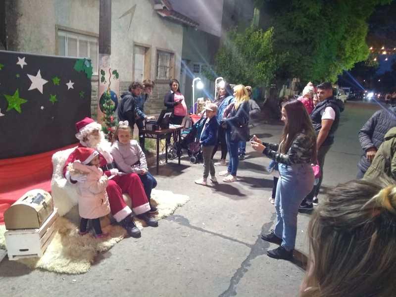Paseo Navideño de Calle Olazábal - Papa Noel Recibiendo A Sus Visitantes.