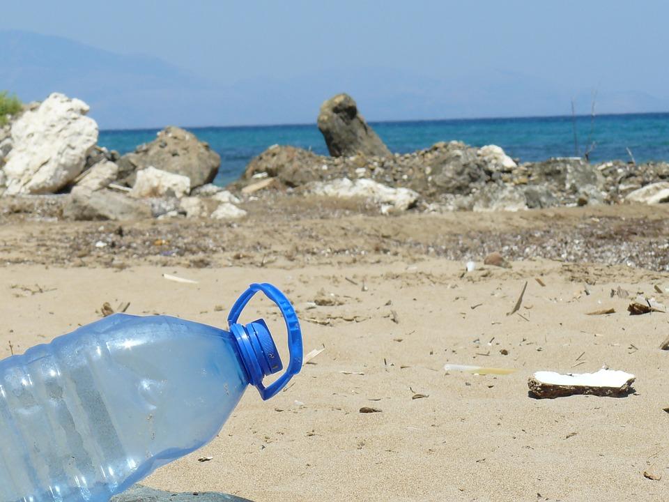 Playas limpias - Botella De Agua En La Playa