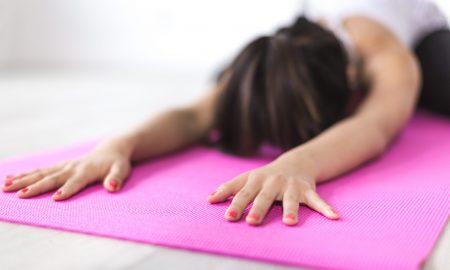 Hábitos Saludables - Chica haciendo yoga.