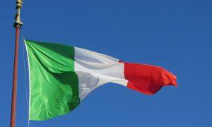 República Italiana - Bandera De Italia Flameando.