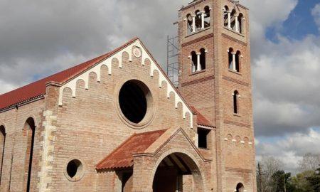 Capilla De Estilo Románico - Fachada de la iglesia.