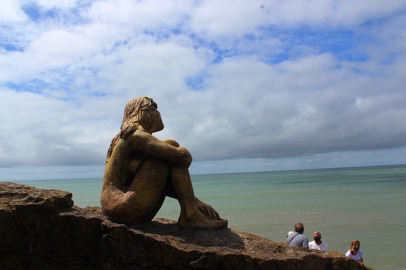 Escultura - Imagen De La Escultura De Espaldas.
