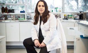 Vacuna - Juliana Cassataro sola en laboratorio.