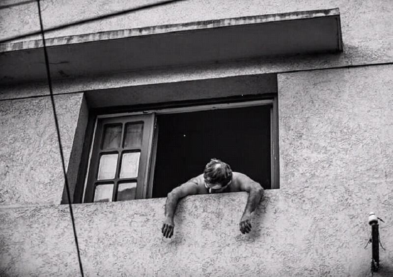 Virus - Vecinos En Los Balcones Se Ha Vuelto Una Imagen Usual