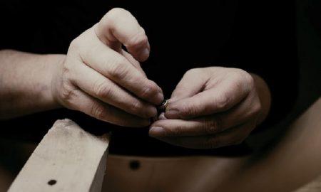 Orfebre - trabajando sobre una joya
