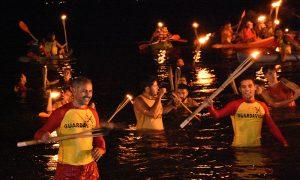 Antorchada - Los guardavidas saliendo del agua para finalizar la ceremonia