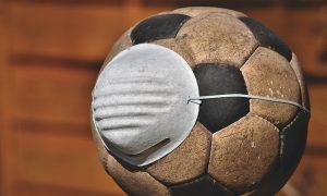 Deportes - Pelota de fútbol con barbijo