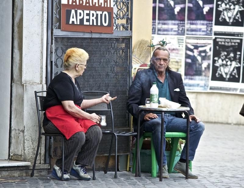 lunfardo - Dos Descendientes Italianos Conversando Y Gesticulando Con Enfasis