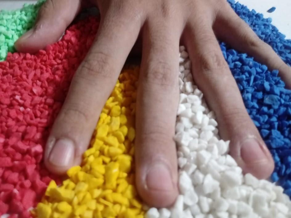 diversidad cultural - Una Mano Entre Piedras De Colores