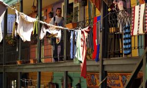 lunfardo - Vista Tipica De Un Conventillo Con Los Colores Vibrantes A La Orden Del Dia