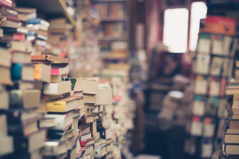 literatura italiana - Filas De Libros Desordenados