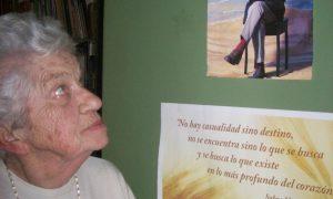 Teresa Morchio - Junto a la puerta de su estudio, dónde tiene pegada una imagen y una frase de su adorado Ernesto Sábato, a quien conoció personalmente. PhotoCredit: Sergio Alvez