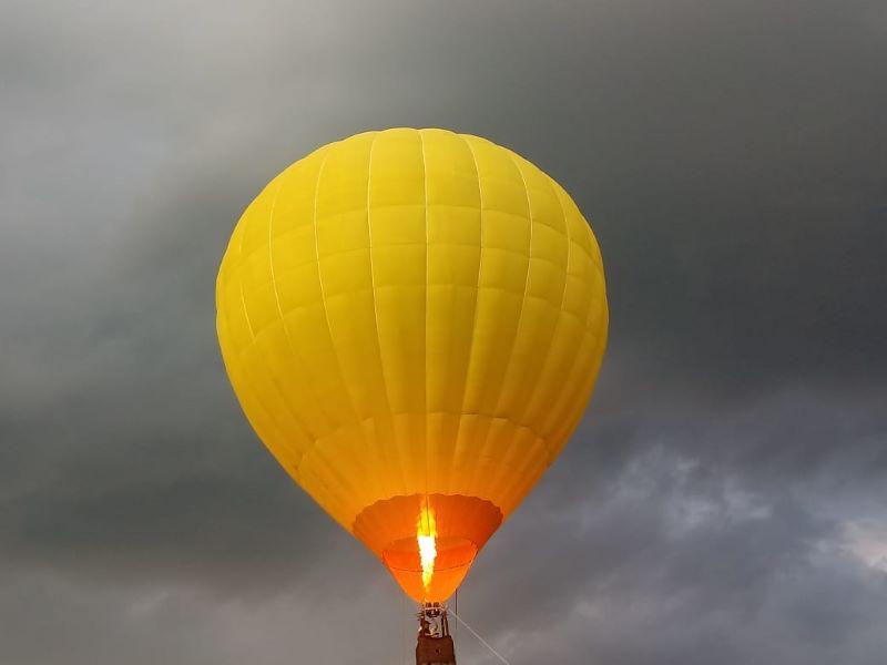 globo aerostatico - Contraste Entre El Amarillo Del Globo Y El Cielo Nuboso