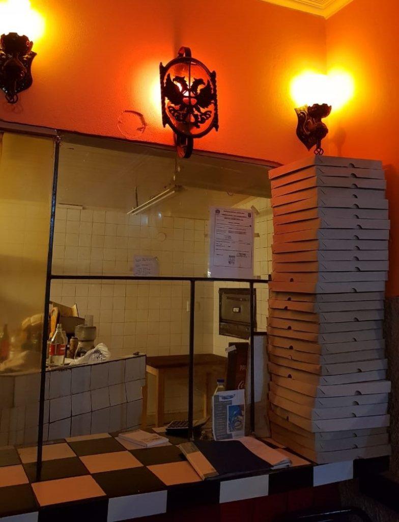 Mostrador Con Cajas De Pizza