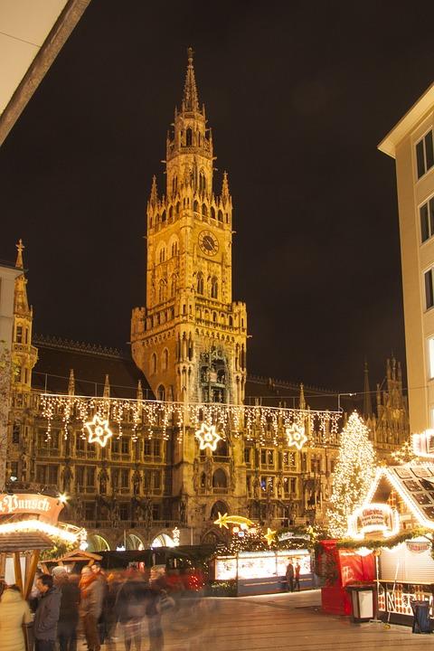 Municipio gotico di Monaco di Baviera con mercatini di Natale.