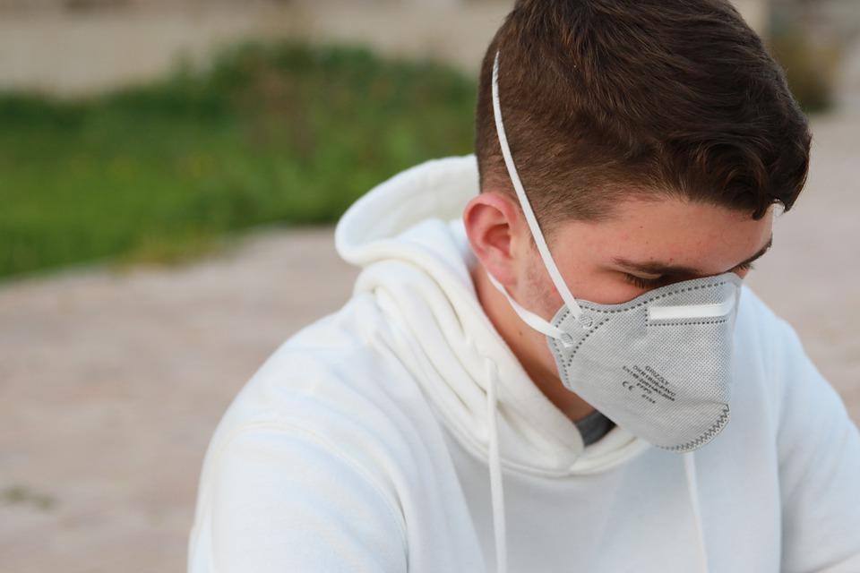 Ragazzo che indossa una mascherina FFP2 obbligatoria per contrastare il Coronavirus in Baviera.