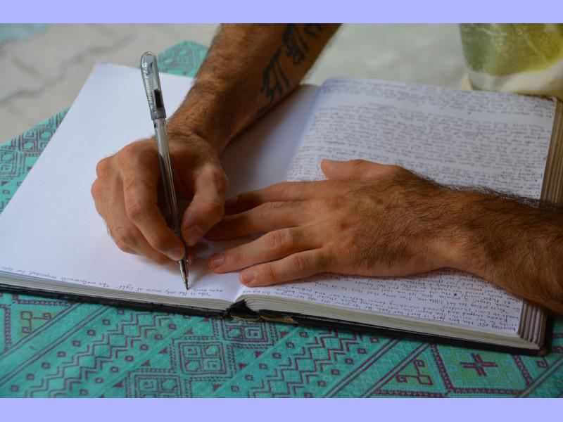 Palabras - Manos Escribiendo En Cuaderno