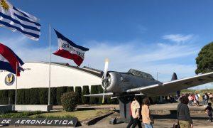 Escuela - Banderas Y Avion Antiguo