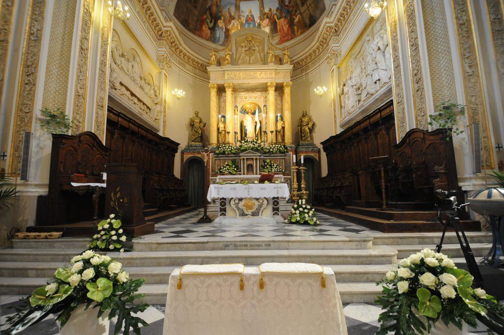altare della Chiesa Madre con fiori