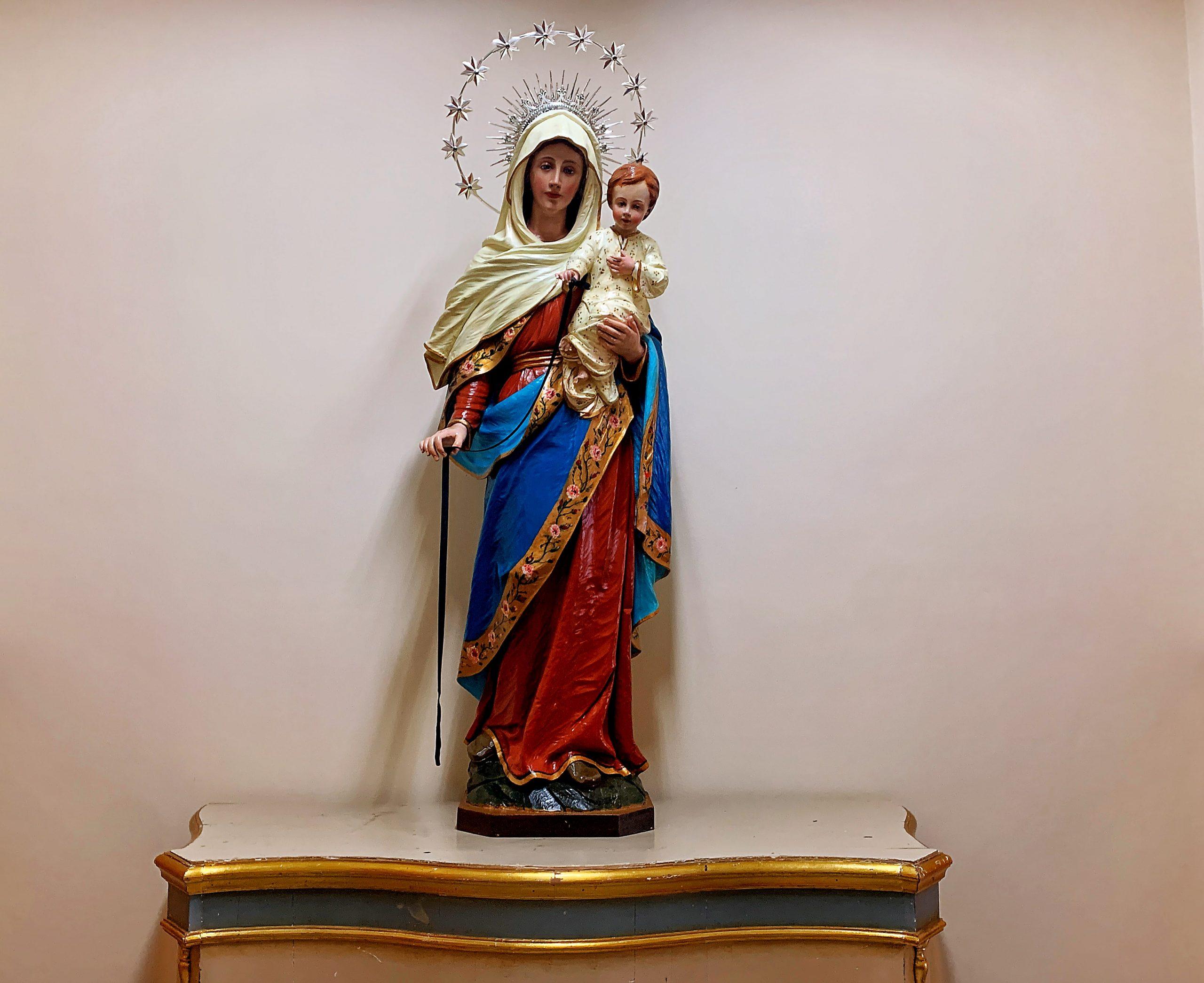 Statuta Madonna Della Cintura che tiene in mano il bambino e la famosa cintura
