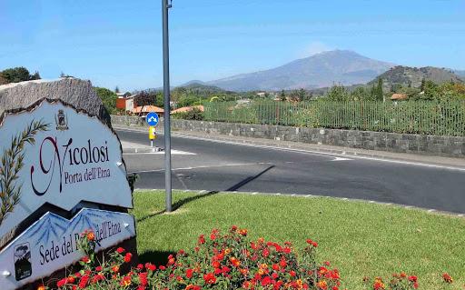 Nuova Ordinanza -Pietra lavica con scritta Nicolosi e sfondo Etna