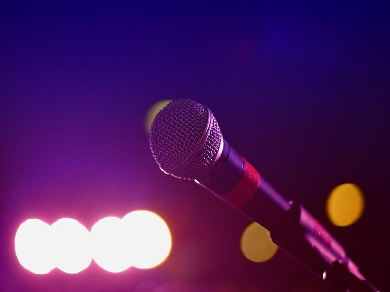 Annalisa Minetti - Primo piano di un microfono