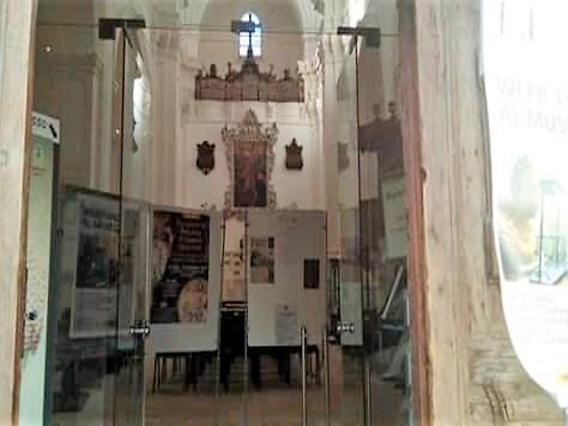 Gli interni della Chiesa Di San Vito Martire che ospita il Museo di Civiltà Preclassiche della Murgia