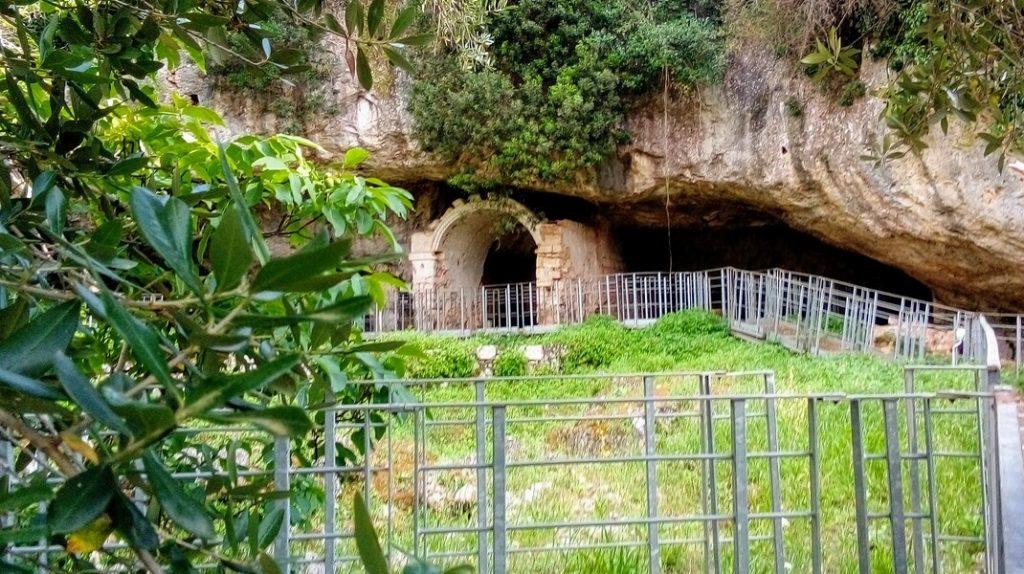 Grotta del Parco Di Agnano che custodisce la Donna di Ostuni