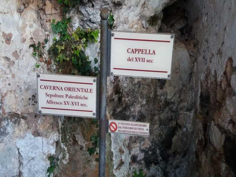 Insegne d'entrata alle Grotte Di Agnano dove giace Ostuni 1