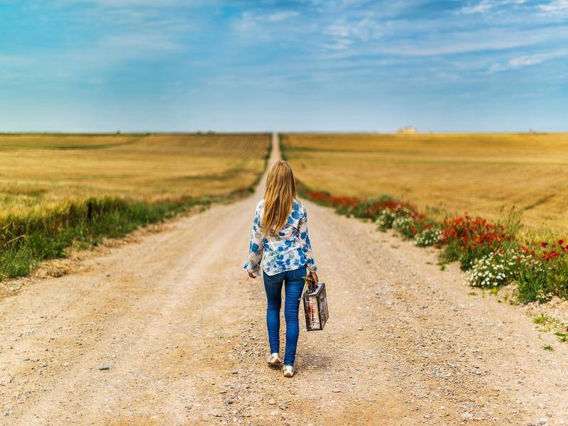 Una giovane donna su una strada sterrata