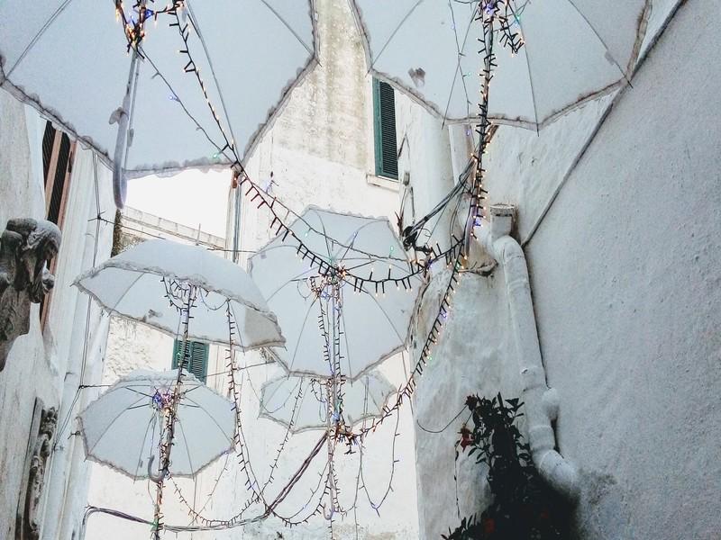 Pioggia Di Ombrelli Bianchi A Ostuni