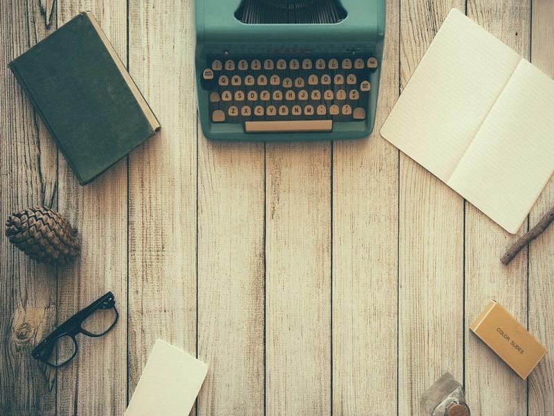 Macchina da scrivere su un tavolo