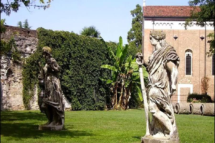 Le Due Statue Nella Precedente Collocazione