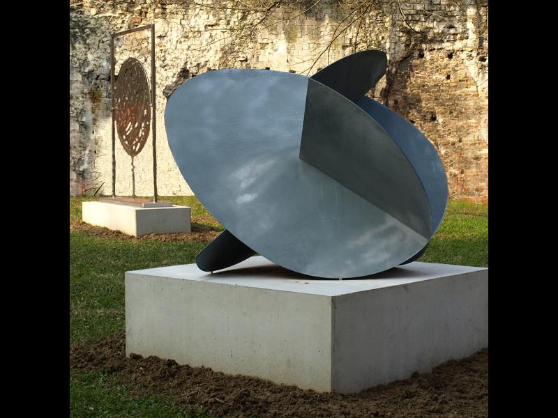 le Sculture Di Tonello In Primo Piano E Di Rinaldi Nel Giardini Dei Musei Civici.jpg