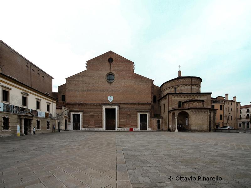 Piazza Duomo Con Il Battistero A Destra E Lingresso Al Museo Diocesano A Sinistra