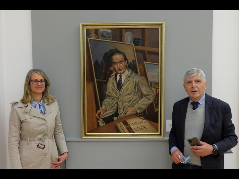 elisabetta Gastaldi Conservatrice Del Museo Darte Con Mario Mattiuzzi Davanti Allautoritratto Dellartista.jpg