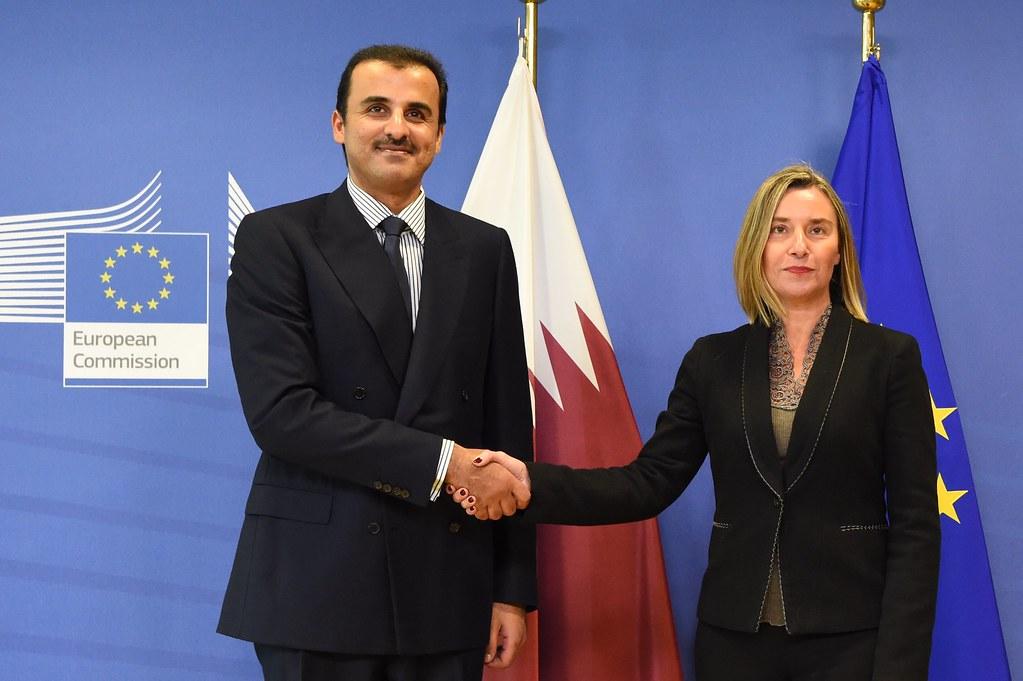 Storia del Qatar - Emiro del Qatar Tamim bin Hamad Al Thani che stringe la mano ad un membro della commissione europea