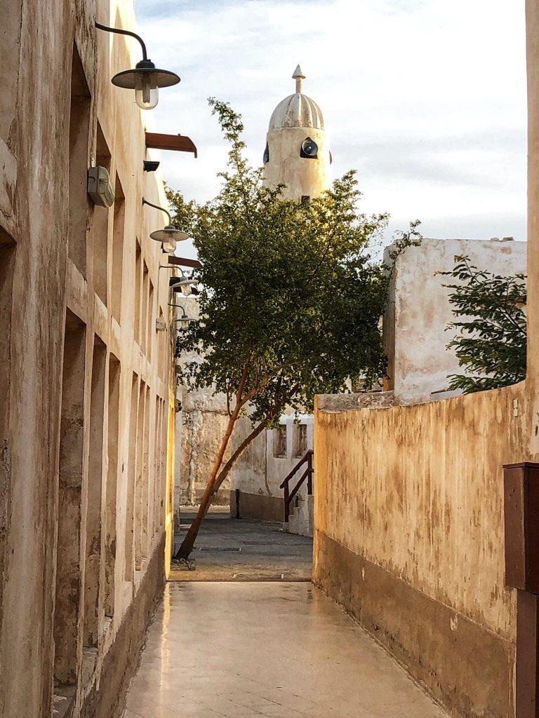 Souq Al Wakra, stradina con moschea al tramonto