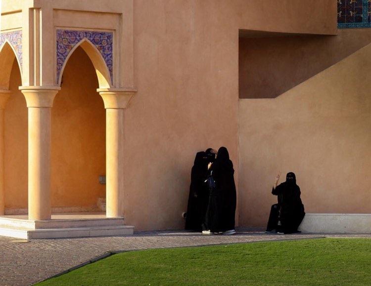 I vestiti tradizionali - Donne Qatarine vestite di nero