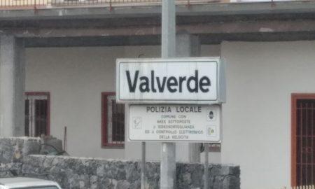 Valverde: il cartello statale scritta nera su sfondo bianco
