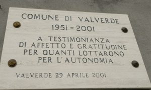 Autonomia:la targa in marmo che ricorda l'evento,posta sulla facciata del municipio