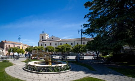 Piazza Del Santuario con il Santuario, la piazza e la fontana bianca