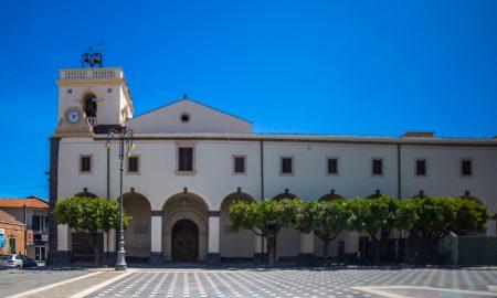 Santuario di Valverde che domina la Piazza con i suoi 12 portici