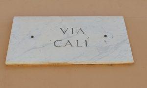 Via Calì la scritta su marmo bianco - Foto: Cavaleri Francesca Agata