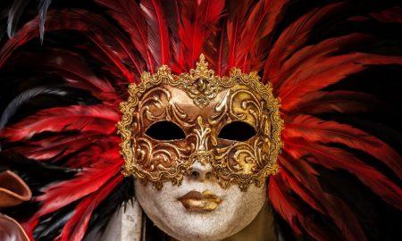 Carnevale 2021: una maschera dorata con piume rosse - Foto: Pixabay